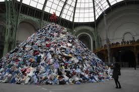 年間100万トン? 日本の衣類廃棄